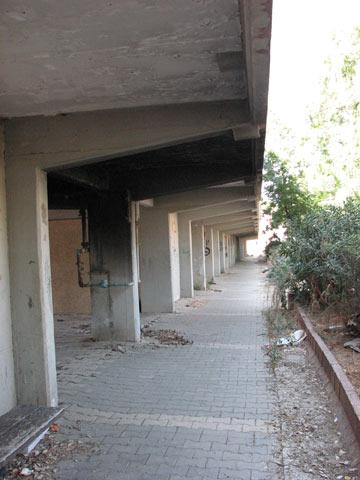 את הרגליים האלה אפשר למצוא גם בבניינים אחרים של יסקי ואלכסנדרוני, בהוסטל בבאר שבע למשל (צילום: מיכאל יעקבסון)