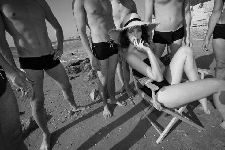 בגד ים, גוטקס; כובע, Maison Michel באניגמה (צילום: יניב אדרי)