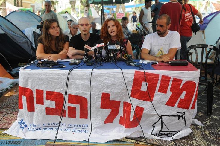 מובילי המחאה בשדרות רוטשילד בתל אביב. לא ראינו עדיין מאהל אדריכלים בשדרה, שלא לדבר על אדריכלים בכירים שינאמו שם (צילום: ירון ברנר, ynet)