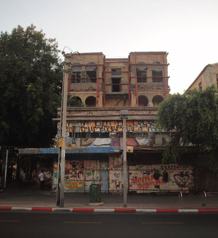 מבנה מפורסם שנמצא ברחוב אלנבי, מול רחוב ביאליק ובפינת רחוב גאולה, מתפורר והולך ללא עתיד נראה לעין (צילום: אמית הרמן)