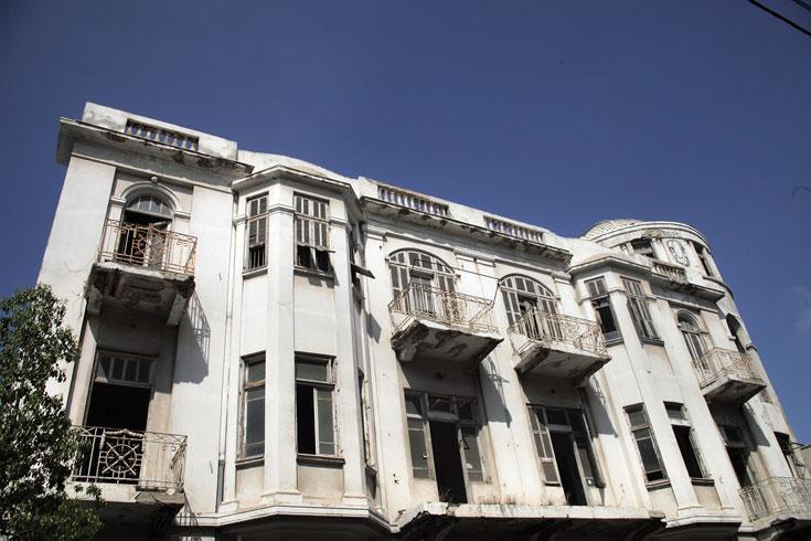 זהו הבניין ברחוב יבנה פינת מונטפיורי, אחד הבולטים בלב העיר, שנעול ונצור זה שנים רבות. בעבר היו הבטחות להכשיר אותו - אך הן לא התממשו (צילום: אמית הרמן)