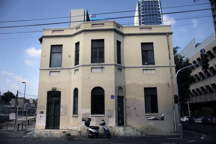גם הבניין הזה ברחוב יהודה הלוי פינת נחלת בנימין, בלב ה''סיטי'' העסקי של העיר, נטוש ואינו מאכלס איש (צילום: אמית הרמן)