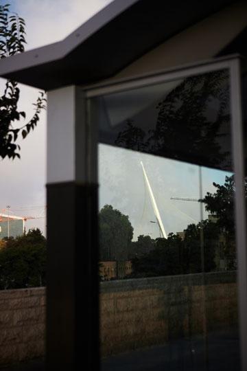 כאן חשבו על מסתור מהשמש והגשם. הרכבת הקלה בירושלים (צילום: ניקיטה פבלוב)