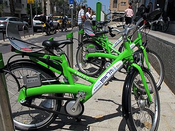 אופניים ירוקים ומעוצבים להשכרה בתל אביב. העירייה מעודדת רכיבה (צילום: שאול גלן)