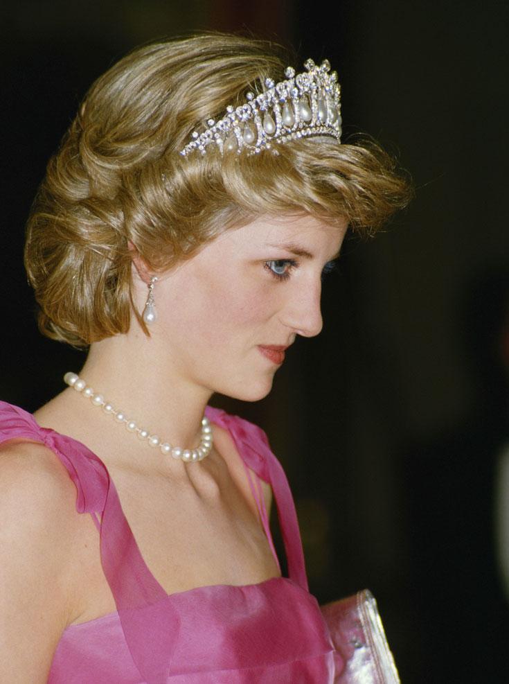 הנסיכה דיאנה (בריטניה): המלכה מארי, אשתו של המלך ג'ורג' החמישי, הזמינה מהתכשיטן המלכותי את הכתר הזה בשנת 1913. לכתר 19 תבניות משובצות יהלומים שמתוכן נתלות פנינים גדולות בצורת טיפות. את הכתר הורישה המלכה מארי לנכדתה המלכה אליזבת, שנתנה אותו לנסיכה דיאנה כמתנה לחתונתה עם הנסיך צ'ארלס ב-1981. לאחר שדיאנה התגרשה מצ'ארלס ב-1996, היא החזירה את הכתר למלכה (צילום: gettyimages)