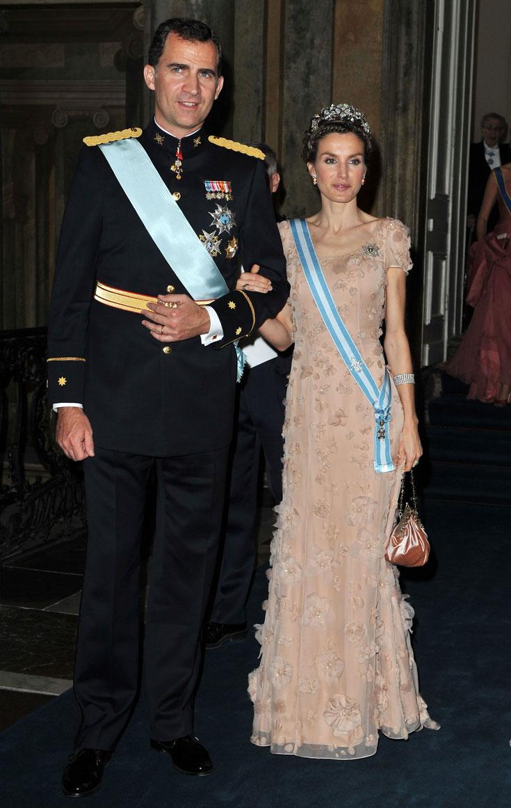 """הנסיכה לטיסיה (ספרד) : הכתר עוצב בשנת 1962 ע""""י """"מאלריו"""" והוא כולל חמישה פרחי פלטינה ויהלומים. הגנרל פרנסיסקו פרנקו הזמין את הכתר כמתנה מהעם הספרדי לנסיכה סופיה, לרגל נישואיה לדון חואן קרלוס. הכתר הרב תכליתי בתמונה מונח על ראשה של הנסיכה לטיסיה מספרד, ואם היא תוריד את הפרחים הוא יכול להפוך לענק יהלומים או לסיכת נוי (צילום: gettyimages)"""