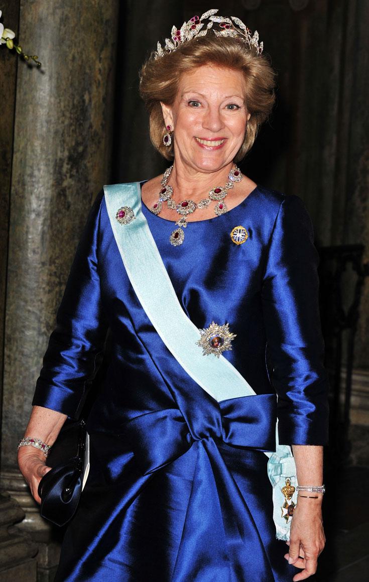 המלכה אן-מארי (יוון): לכתר של המלכה אן-מארי מיוון יש היסטוריה מורכבת: בלשים נחושים איתרו את הכתר הזה והחזירו אותו למלכה אולגה מיוון, שבמקור הייתה בת למשפחת מלוכה רוסית. את הכתר היא הורישה למלכה פרדריק שהתחתנה עם בן משפחת האצולה היוונית, והיא העבירה אותו למלכה אן-מארי. הכתר מעוצב כזר עלי זית עם פירות מאבני אודם, והוא חלק מסט שלם: עגילים, שרשרת וסיכה (צילום: gettyimages)