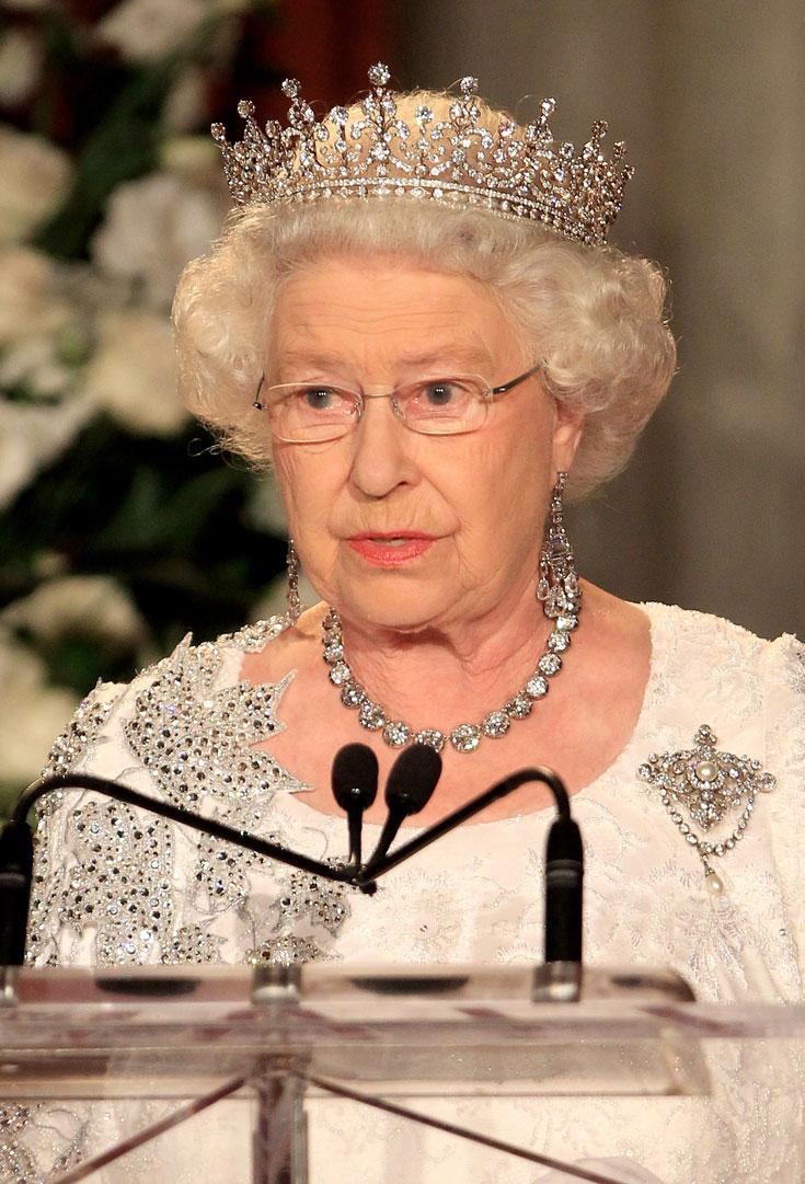 המלכה אליזבת (בריטניה): הנסיכה ויקטוריה מארי אוגוסטה לואיס אולגה פאולין קלודין אגנס – או בקיצור מארי, קיבלה את הכתר הזה במתנה כשהיא התחתנה עם המלך ג'ורג' החמישי בשנת 1893 והפכה למלכה מארי. במקור, בראש הכתר שובצו פנינים, אבל מארי החליפה אותן ביהלומים. ואם הכתר הזה נראה לכם קצת מוכר, זה בגלל שהמלכה אליזבת חובשת אותו על שטרות הכסף של בריטניה (צילום: gettyimages)