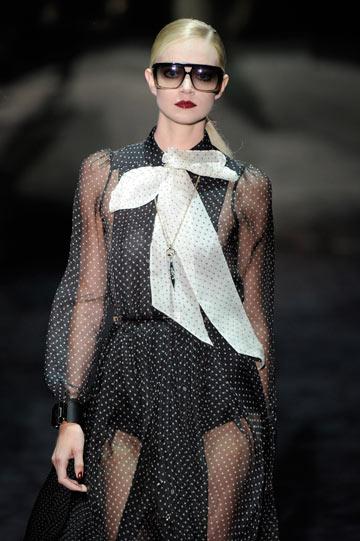 שמלה מנוקדת בתצוגת האופנה של גוצ'י לחורף (צילום: gettyimages)