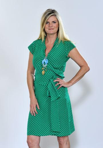 סוזנה, הפעם בלי טריני, בשמלת נקודות ירוקה (צילום: gettyimages)