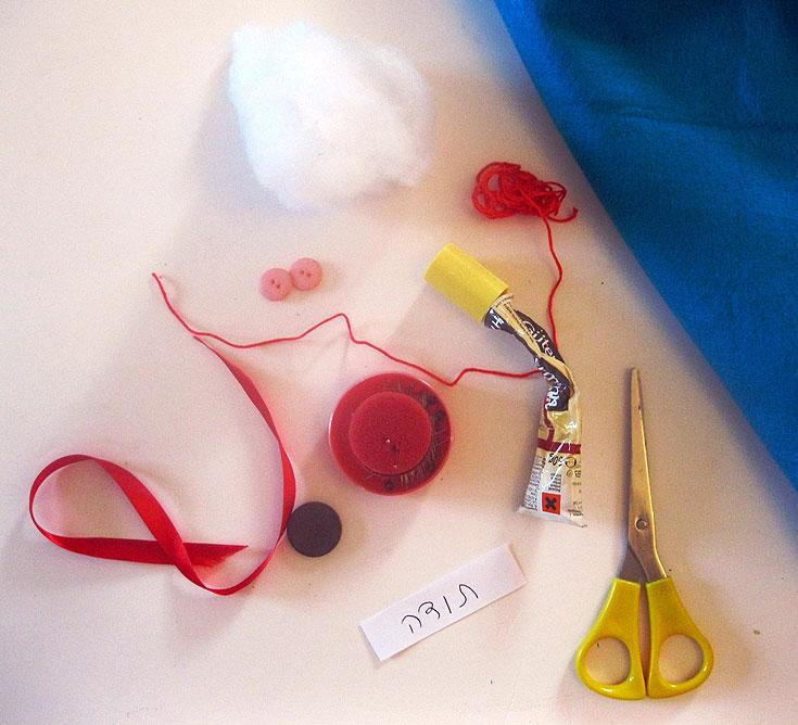 החומרים הדרושים: לבד צבעוני, חומר מילוי (כמות קטנה, בהתאם לגודל המגנט שרוצים להכין), מספריים, מחט וחוט תפירה, כפתורים צבעוניים, סרטים צבעוניים, מגנט חזק, פתק קטן עליו כתוב ''תודה'' (או כל איחול שרוצים), דבק עמיד (מומלץ להשתמש בגוטרמן) (צילום: חן קרופניק)