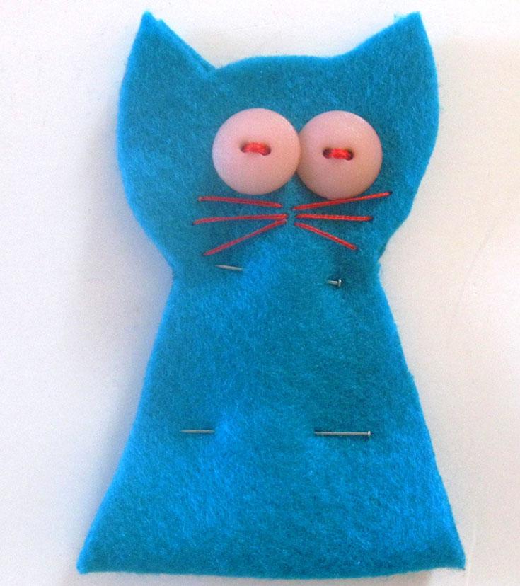 תופרים לחתול עיניים מכפתורים, שפם וכל קישוט נוסף שרוצים (צילום: חן קרופניק)