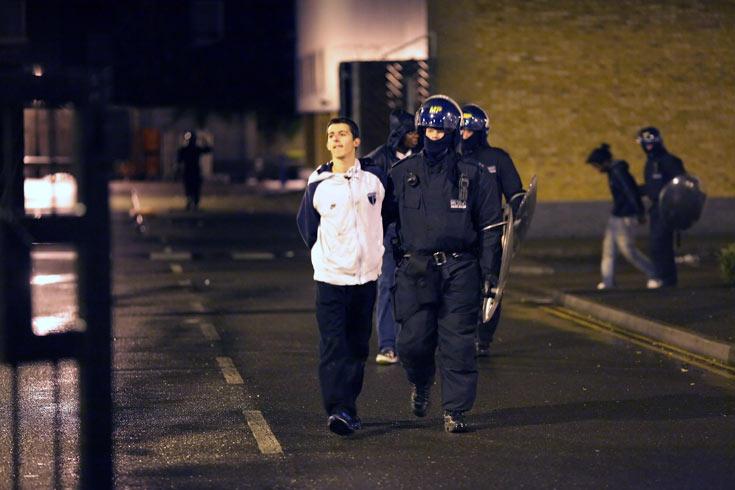 המהומות באנגליה בשבוע האחרון. מפגינים בלבוש ספורטיבי המזוהה עם שכבות חלשות ופרברים  (צילום: gettyimages)