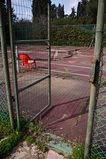 מגרש הטניס לא בשימוש די הרבה זמן (צילום: איתי סיקולסקי)