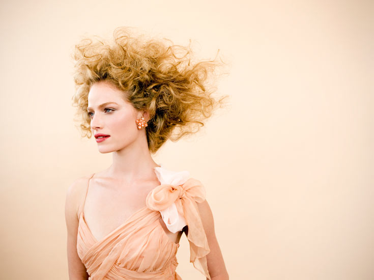 """מאוהבת: הלוק של ורד ספיבק. """"האהבה מלאה בכוח, כמו השיער הג'ינג'י המלא שבתמונה, ומצד שני יש בה משהו רך, מתוק כמו נשיקה, שמתבטא בשפתיים החושניות"""". עיצוב שיער: ליאור גרין לסולו. דוגמנית: יערה בנבנישתי לעלית מודלס  (צילום: עידו לביא)"""