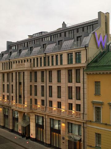 המבנה הוקם על בניין מהמאה ה-18 ושומר על המרקם הקלאסי של העיר