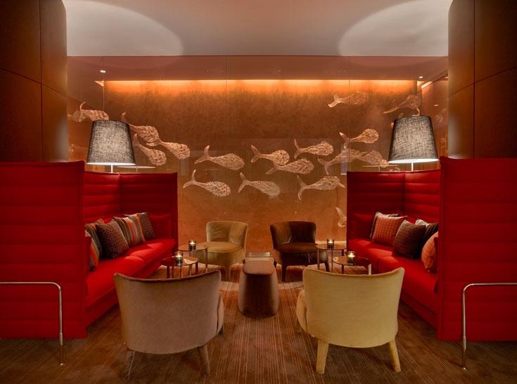 גוונים חמים של זהב וסביבותיו מאפיינים את האזורים השונים במלון. הרצפה היא פרקט עץ חום