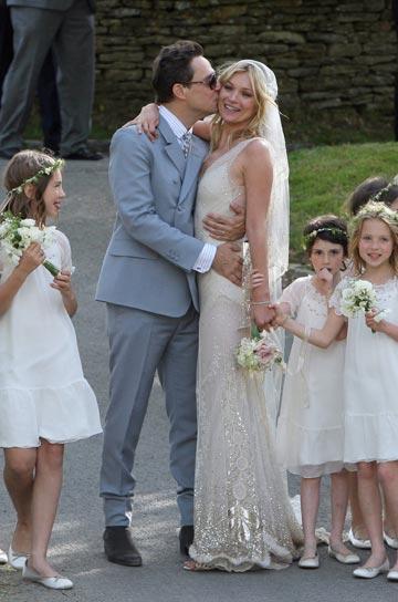 קייט מוס בחתונתה עם ג'יימי הינס. החתן המיועד לא נכח על סט הצילומים (צילום: REX/א.ס.א.פ קריאייטיב)