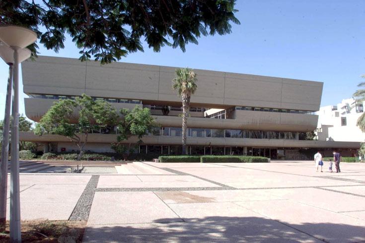 הספרייה המרכזית של אוניברסיטת תל אביב. המבנה הדומיננטי בקמפוס (צילום: שאול גולן )