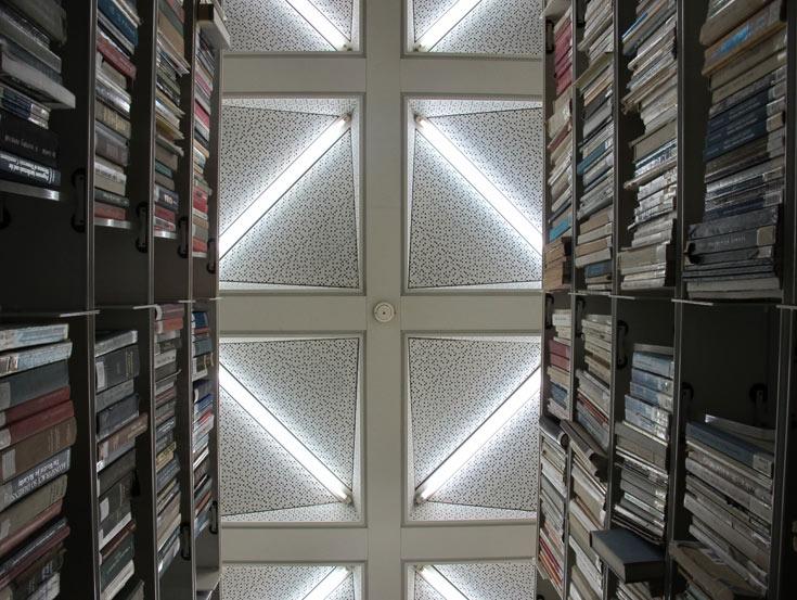 בספריית מדעי החברה ולניהול באוניברסיטת ת''א. פעם לא העלו על הדעת שספרים יונחו במדפים פתוחים ולא במחסן (צילום: מיכאל יעקבסון)