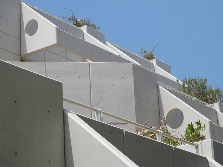 ספריית מדעי החיים והרפואה באוניברסיטת תל אביב. הרבה פחות דומיננטית מהספרייה המרכזית, והרבה יותר מודרנית (צילום: מיכאל יעקבסון)