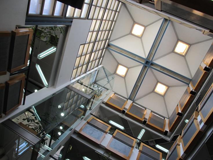 ספריית מדעי החיים והרפואה באוניברסיטת ת''א. אור הוא אחד האלמנטים החשובים בתכנון ספרייה, משום שלכאן באים כדי לקרוא (צילום: מיכאל יעקבסון)
