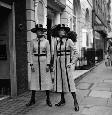 דוגמניות בבגדים של כריסטיאן דיור, 1970. אורך המידי חוזר לאופנה (צילום: gettyimages)