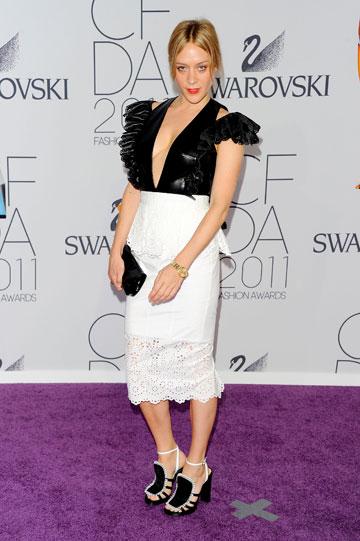 קלואי סוויני בחצאית מידי הדוקה בעיצובה (צילום: gettyimages)