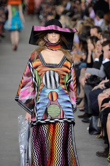 תצוגת אופנה של מיסוני. ההדפסים המוכרים של בית האופנה מופיעים גם בעיצוב המלון (צילום: gettyimages)