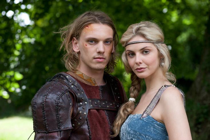 גדלו יחד. טמזין אגרטון (ליידי גווינביר) וקמפבל באוור (ארתור)