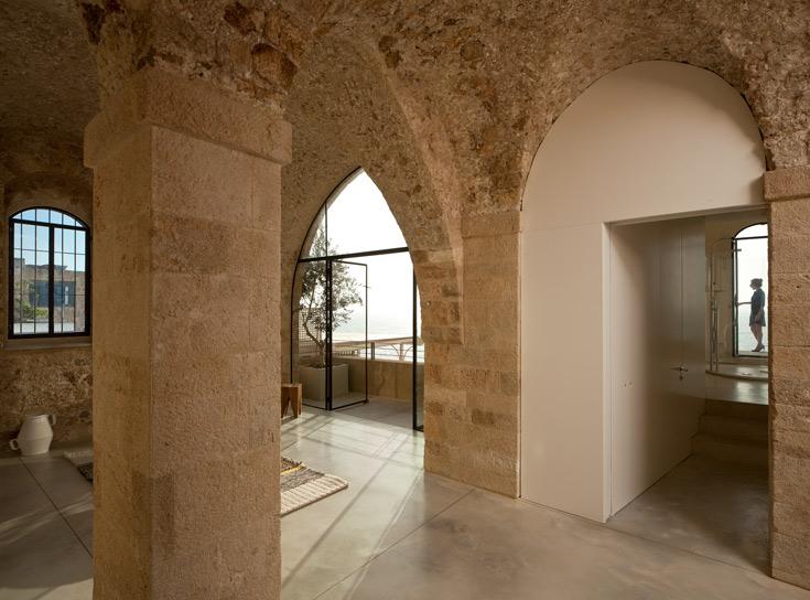 התקרות הגבוהות והמקומרות מעניקות לדירה אווירה של מצודה עתיקה (צילום: עמית גרון)