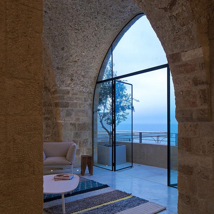 חשיפת הקירות והתקרות הינה פעולה המייקרת אמנם את חידוש הדירה אך מעניקה איכות מוקפדת (צילום: עמית גרון)