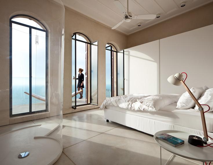 חדר השינה ממוקם בחזית הבניין הפונה אל נוף הים התיכון, ומתמזג בחלל הרחצה השקוף (צילום: עמית גרון)