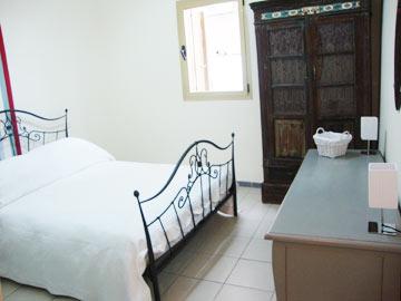 חדר השינה, לפני. מזהים אותו בתמונה למעלה? (צילום: שירי מור)