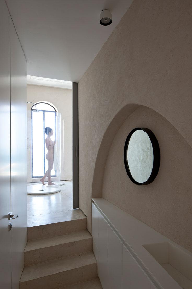 מבט מהמסדרון אל המקלחת, שהיא חלק מחדר השינה כפי שנראה בתמונה למעלה (צילום: עמית גרון)