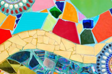 שברי קרמיקה במגוון צבעים וצורות (צילום: Shutterstock)