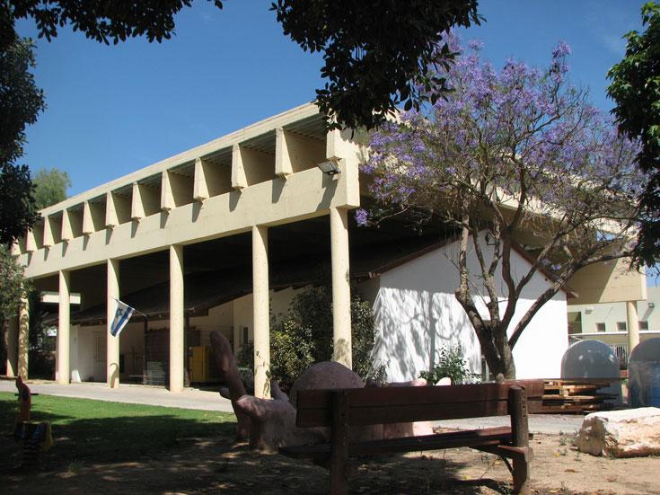 ארכיטקטורת טילים בדרום: זהו מבנה חינוך (למטה) עם מיגון בומבסטי למעלה. רק בישראל (צילום: מיכאל יעקובסון )