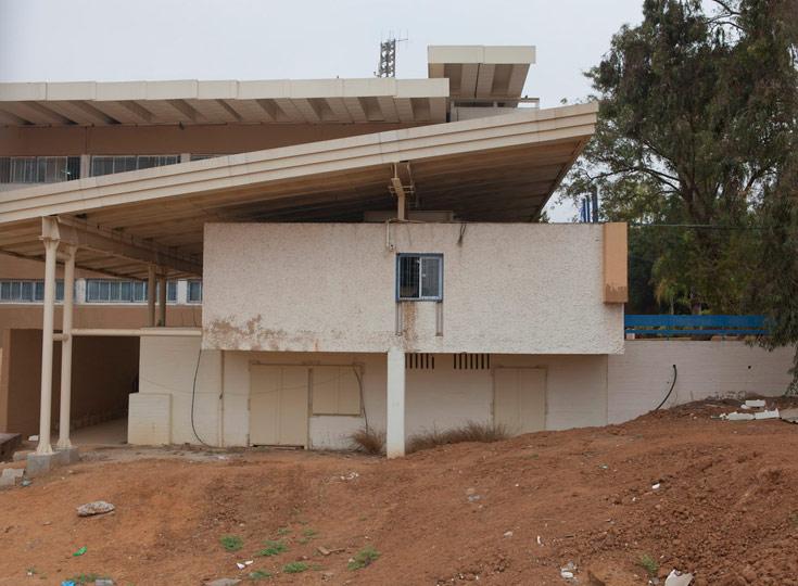 בית ספר ''רבין'' בשדרות. אם אי אפשר למגן מבפנים, מאלתרים מיגון חיצוני. המשמעות האסתטית בולטת למדי (צילום: רועי בושי)
