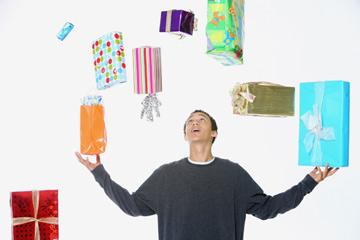 ''שוב אתה עושה ג'אגלינג עם המתנות בסלון?!'' (צילום: Thinkstock)
