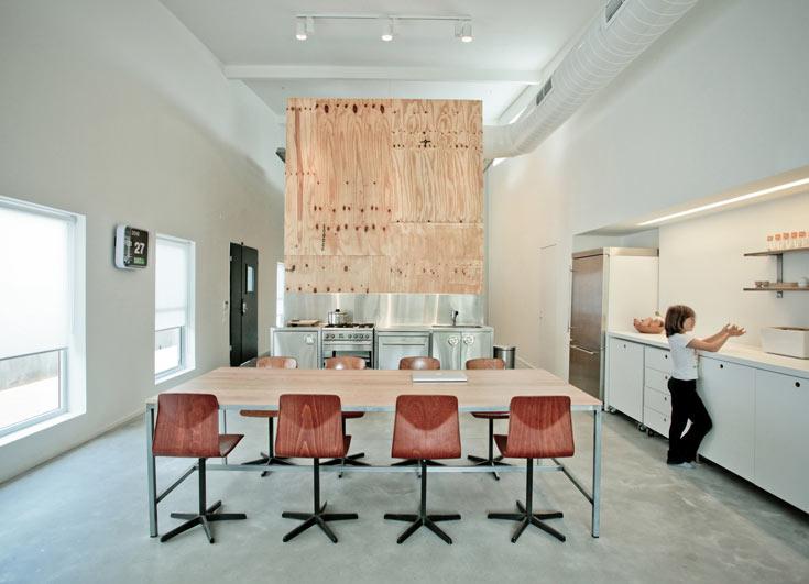 שולחן המטבח עשוי פלטת עץ המונחת על מסגרות ברזל. הכסאות נקנו דרך ebay (צילום: טובי הוכשטיין)