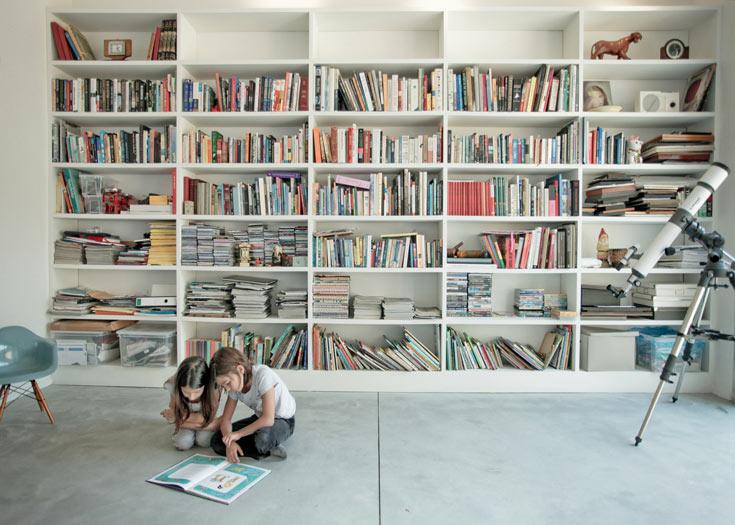 ספרייה באורך חמישה מטרים מהווה אלמנט מרכזי בסלון (צילום: טובי הוכשטיין)