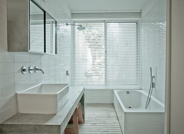 פשטות באמבטיות: חיפויים של דק טבעי ואריחים לבנים, עם כיור ''כובסת'' (צילום: טובי הוכשטיין)