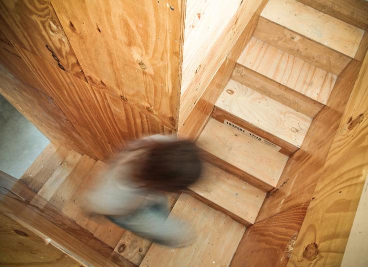 גרם מדרגות צר בתוך הקובייה מוביל לקומת הגלריה, שבה פינת עבודה וחדר הבכור. גם כאן ניתן לראות את הבחירה בחומרים לא מעובדים (צילום: טובי הוכשטיין)