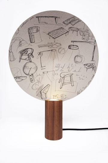 מנורת Chuko. שרבוטים וסקיצות מתגלים ברגע שהאור נדלק (צילום: גלעד לנגר)