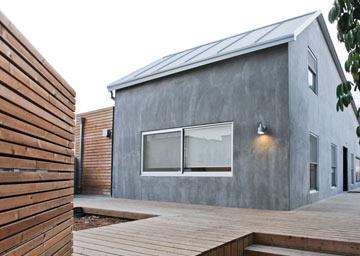 עוד זווית של הבית: מראה אורבני, מחשבה ירוקה (צילום: טובי הוכשטיין)