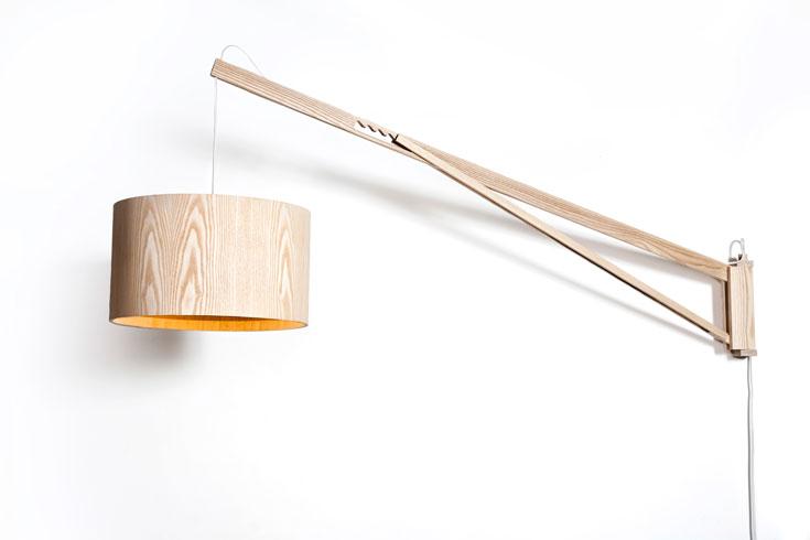 מנורת הגרדום של וינברום.  המוטיב המרכזי לקוח מכיסאות-ים ישנים, ומאפשר לכוונן את גובה התאורה (צילום: גלעד לנגר )