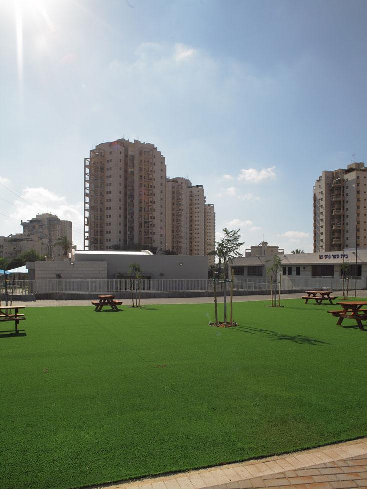 כאן החליטו לחסוך מים ובתחזוקה: הדשא הוא סינתטי. שטח ציבורי סמוך משרת את התלמידים ואת תושבי האזור, ושערי בית הספר נפתחים בגמר הלימודים (צילום: אמית הרמן)