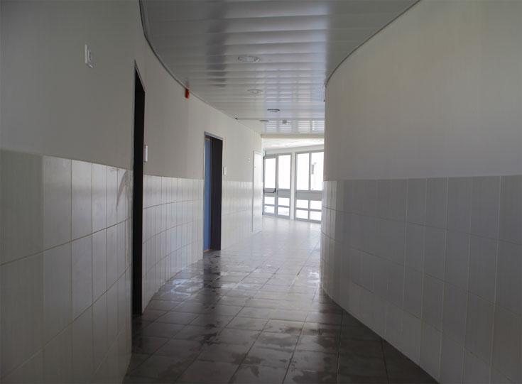 אחד המסדרונות הבודדים בבית הספר, מאחר שמרבית המסדרונות פתוחים לחצר הפנימית (צילום: אמית הרמן)