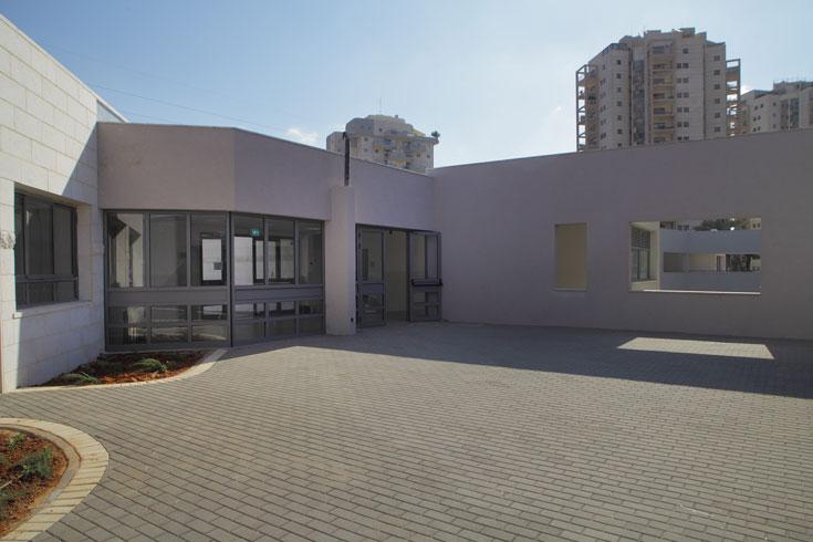 צמד האדריכלים תיכנן את בית הספר כאוסף של קהילות קטנות. בין השאר יש חללים משותפים לתלמידי כיתה א' ולילדי הגן, שלומדים באגף משותף (צילום: אמית הרמן)