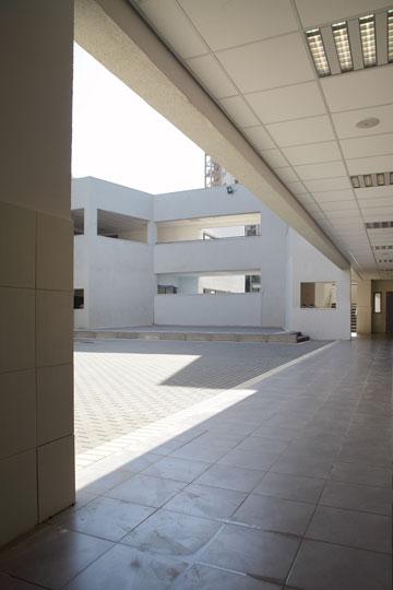 החצר הפנימית של בית הספר (צילום: אמית הרמן)